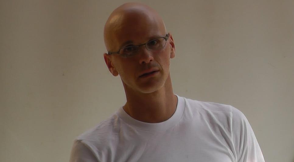 גארי יורופסקי מרצה בחצר אחורית בחדרה